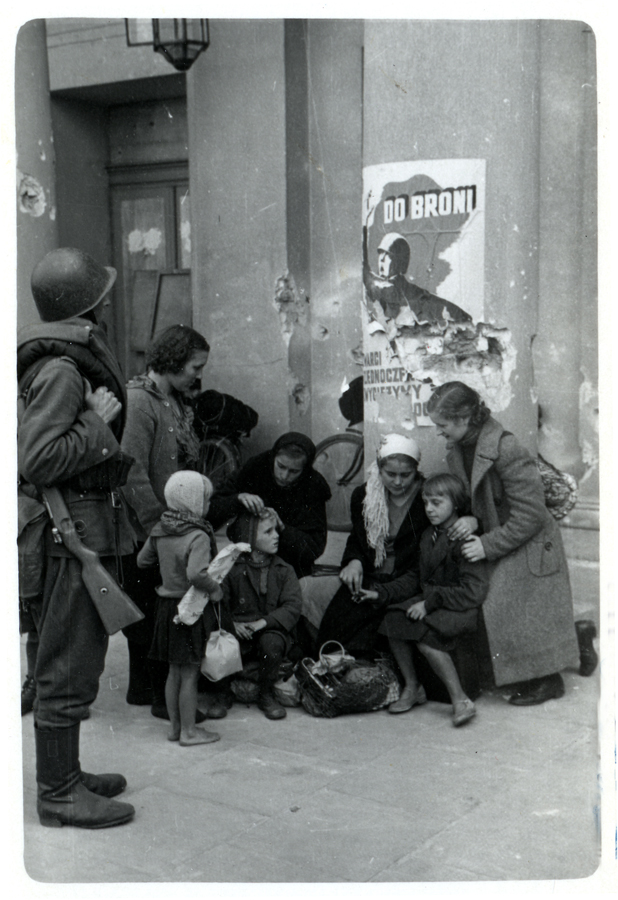 warsaw_1939_refugees_and_soldier